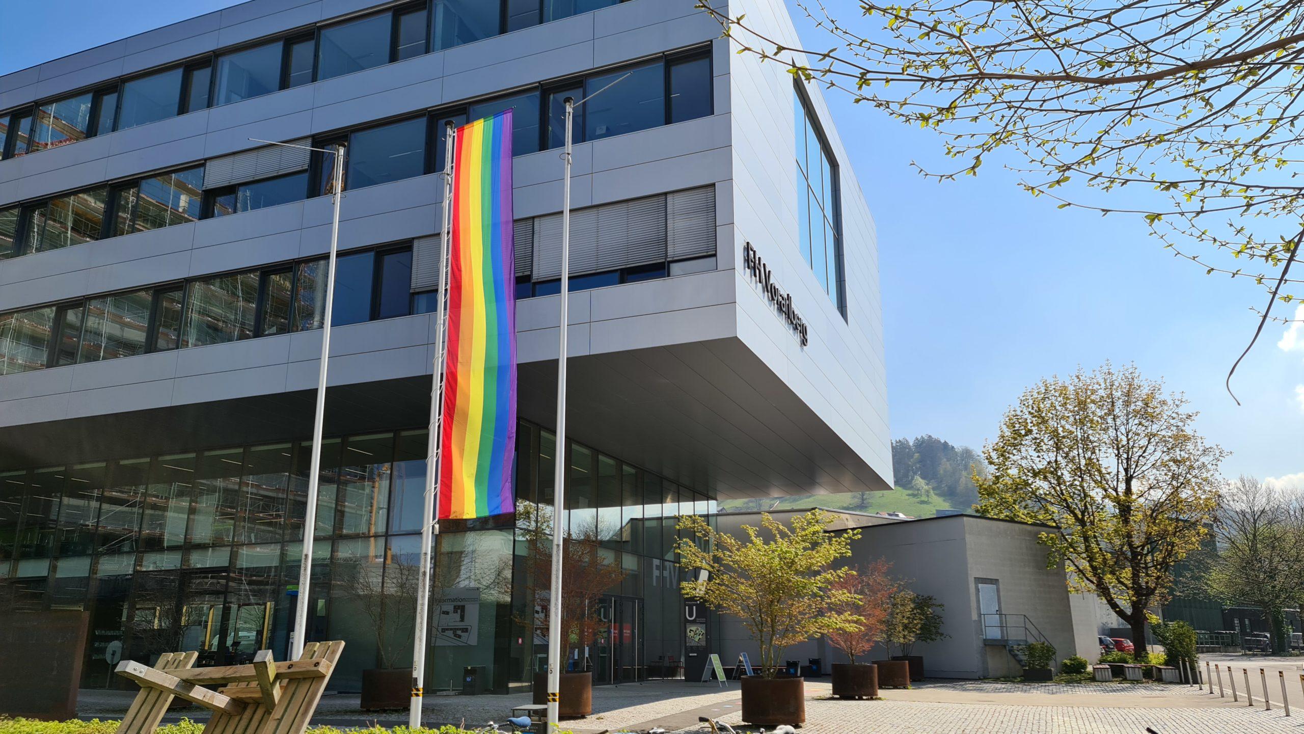 Regenbogenfahne am Campus der Fachhochschule Vorarlberg